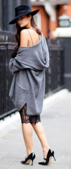 You can never go wrong with and oversized sweater, it will make you look thinner and trendy. And dont forget about the hat, it will give you a cool touch in your outfit and you´ll catch everyones attencion.