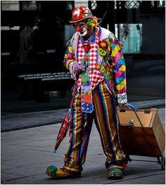Clown zieht einen Handwagen hinter sich