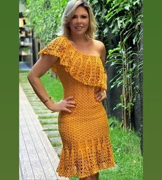 Image may contain: one or more people and people standing Crochet Beach Dress, Crochet Summer Dresses, Crochet Blouse, Knit Dress, Knit Crochet, Beach Gowns, Mode Crochet, Vintage Crochet Patterns, Crochet Woman