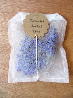 fogli antistatici e lavanda - Sew Many Ways.: Sew, Sew, Dryer Sheet Sachet ideas for ladies retreat gifts and crafts Lavender Crafts, Lavender Bags, Lavender Sachets, Lavender Ideas, Scented Sachets, Lavender Garden, Lavender Pillow, Lavender Lemonade, Lavender Scent