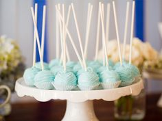 Everyone loves lollipops. I'm not a fan, especially with blue coating. But I like the idea of white chocolate frosting on these lollies, just not the color.