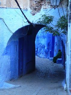 IlPost - Chefchaouen, Marocco - Si trova nel nord-est del Marocco, nella regione montagnosa del Rif. Venne fondata nel 1471 dai musulmani per difendersi dalle incursioni portoghesi, e a partire dal Cinquecento divenne un rifugio per i musulmani e gli ebrei sefarditi cacciati dalla Spagna. Furono gli ebrei a dipingerne le strade e le case del tipico colore blu.  (a href=http://www.flickr.com/photos/andresv/2470884293/in/set-72157604915542138/amateur_photo_bore/a)