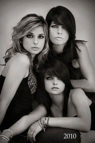 Sue Bryce - great portrait, showing strong women.possibly for siblings.or a generations pose with a bit more smiling Mother Daughter Poses, Sister Poses, Sibling Poses, Mother Daughters, Mom Daughter, Sister Photography, Glamour Photography, Portrait Photography, Photography Ideas