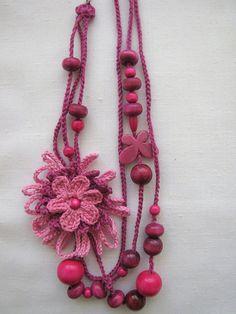 colar com flor de crochet