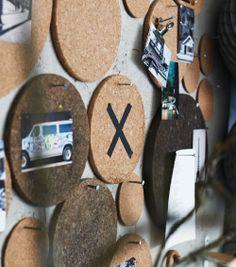 Bordskånere og glasbakker af kork brugt som opslagstavle på en væg.