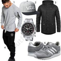 Lässiger Herren-Style mit hellgrauem Amaci&Sons Hoodie und Jogginghose, Vans Snapback Cap, langer Solid Winterjacke, Casio Edifice Chronograph und Adidas Sneakern.