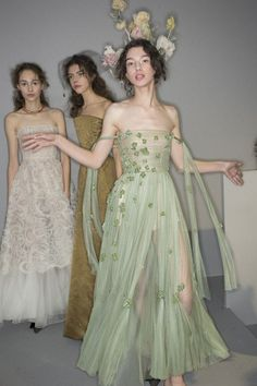 The complete Christian Dior Spring 2017 Couture fashion show now on Vogue Runway. Style Couture, Couture Fashion, Runway Fashion, Fashion Show, Fashion Outfits, Fashion Spring, Dior Fashion, Dior Haute Couture, Latest Fashion