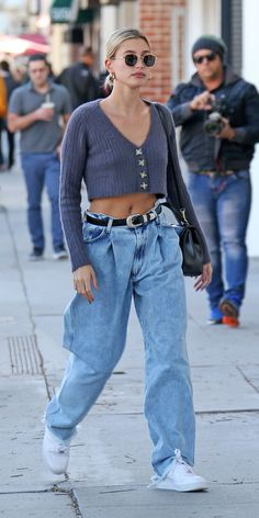 InStyle's Look of the Day picks for February 2020 include Hailey Bieber, Olivia Wilde and Charlize Theron. Estilo Hailey Baldwin, Hailey Baldwin Style, Denim Fashion, Teen Fashion, Fashion Outfits, Modell Street-style, Style Invierno, Jean Beige, Outfits