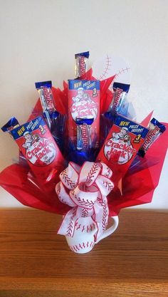 Baseball Candy Bouquet Mug – Gift Basket Ideas Gift Card Bouquet, Candy Bouquet Diy, Candy Boquets, Candy Arrangements, Gift Baskets For Men, Basket Gift, Raffle Baskets, Fundraiser Baskets, Candy Cakes