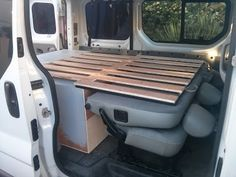 Main structure with sliding comb bed base from front to back to extend the bedding to x over the bench with foldable backrest – Van Renault Trafic II Passenger 2007 Vw Camper, Kombi Motorhome, Camper Beds, Mini Camper, Camper Life, Camper Trailers, Campervan, Auto Camping, Minivan Camping