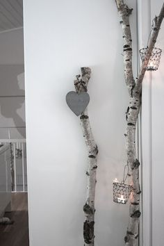 Deco with trees and trunks Branch Art, Branch Decor, Diy Rack, Driftwood Crafts, Sticks And Stones, Winter House, Diy Candles, Home Living Room, Sweet Home