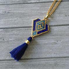 BLUE…de nouveaux sautoirs seront également en ligne dans le week-end ! BLUE … new chokers will also be online in the weekend! Beaded Rings, Beaded Jewelry, Handmade Jewelry, Diy Schmuck, Schmuck Design, Jewelry Patterns, Bracelet Patterns, Seed Bead Necklace, Beaded Necklace