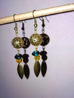 Bijoux faits main - accroche couleur bronze - breloque ronde perforée couleur bronze - breloque perles vert et ocre - breloque plume couleur bronze Longueur env. 6,5 cm - 17131616
