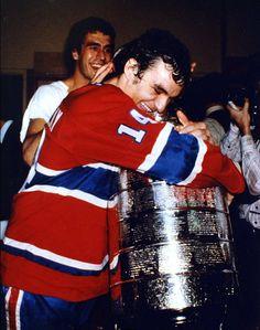 Mario Tremblay : Lors de sa deuxième saison avec le Tricolore, Tremblay a fait partie d'un trio de jeunes joueurs complété par Doug Risebrough et Yvon Lambert. Au cours de la saison 1975-1976, cette décision a rapporté à l'entraîneur Scotty Bowman, puisque les trois joueurs, qui pratiquaient un style fougueux, ont grandement contribué à la conquête du premier d'une série de quatre championnats consécutifs. Hockey Teams, Hockey Players, Ice Hockey, Hockey Stuff, Montreal Canadiens, Nhl, Mario, Toronto, Canadian History