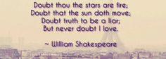 vertaling: ik twijfel of de sterren van vuur zijn ik betwijfel dat de zon beweegt ik betwijfel dat de waarheid een leugenaar is maar aan liefde twijfel ik nooit