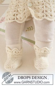 "Crochet DROPS booties with fan pattern in ""Baby Merino"". ~ DROPS Design"