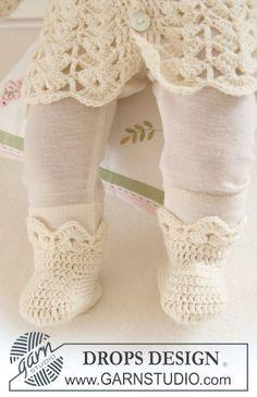 """Crochet DROPS booties with fan pattern in """"Baby Merino"""". ~ DROPS Design"""