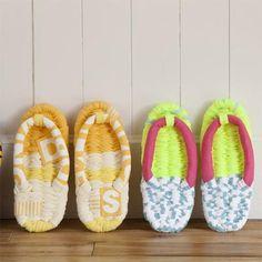 動画で見れる、布ぞうりの基本的な作り方をご紹介♪暑く汗ばむ季節、水虫や清潔な足元を家の中でも快適にケアできるよう、布草履を活用してみては!?☆ Kids Clothes Sale, Origami Fashion, Sandals Outfit, Diy Shirt, Diy And Crafts, Sewing Projects, Baby Shoes, Hand Weaving, Slippers