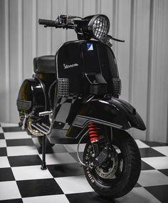 L'image peut contenir : personnes assises et motocyclette