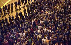 Uma hora antes do jogo, houve conflito entre policiais e manifestantes no entorno do Maracanã. 30/06/2013.