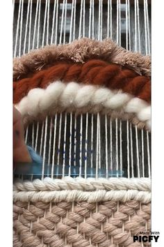 Fantastic Snap Shots Hand weaving tutorial Thoughts This very easy twill tutorial will add heaps of texture to your Weaving Loom Diy, Weaving Art, Tapestry Weaving, Loom Weaving Projects, Weaving Textiles, Weaving Patterns, Yarn Crafts, Fabric Crafts, Weaving Wall Hanging