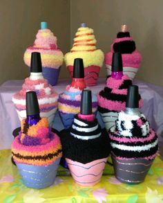 Sock Cupcakes with nail polish and lip gloss. Sock Cupcakes with nail polish and lip gloss. Perfect birthday party favor for a spa or Sock Cupcakes, Easy Handmade Gifts, Navidad Diy, Diy Mothers Day Gifts, Mothers Day Ideas, Diy Gifts For Kids, Mother's Day Diy, Homemade Gifts, Gift Baskets
