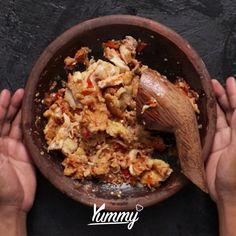 Ayam Geprek | Yummy - Temukan resep-resep menarik lainnya hanya di:  Instagram: @Yummy.IDN  Facebook: Yummy Indonesia #ayam #ayamgeprek Indian Food Recipes, Asian Recipes, Malay Food, Malaysian Food, Food Platters, Indonesian Food, Cooking Recipes, Cooking Box, Cooking Utensils