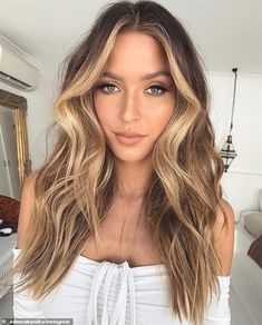 Brown Hair With Blonde Highlights, Honey Blonde Hair, Brown Hair Balayage, Hair Highlights, Bayalage Light Brown Hair, Light Caramel Hair, Dark To Light Hair, Winter Blonde Hair, Honey Brown Hair