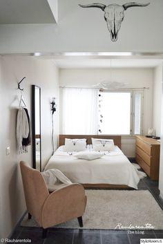 """""""Rauharentola""""n makuuhuoneessa on näyttävä sisustustarra. #makuuhuone #kodinsisustus #skandinaavinen #industrial #inspiroivakoti"""