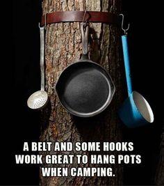 Verwende einen Gürtel und Haken, um Töpfe und Pfannen aufzuhängen.