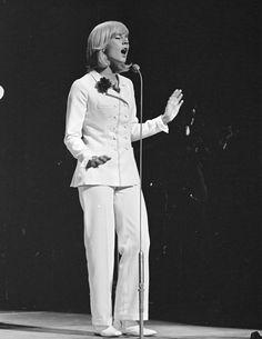 Sylvie Vartan wears a white trouser suit for her Royal-Variety-Show-1965_London-Palladium-performance – THX ©-UA-Z