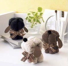 Lembrançinhas de cachorrinhos feitos com toalhas de lavabo.