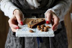 Trvanlivý. Takže upečte aj v skôr, kým nie ste vo vianočnom strese. U nás chutí natenko nakrájaný. Množstvo orechov či čokolády záleží len na vás.