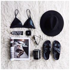 Wat het altijd goed blijft doen op Instagram is het neerleggen van je essentials. De inhoud van je tas, je outfit van de dag, je desk situation of je beauty producten. Een mooi gestileerd stil leven van je favoriete items. Dat vraagt om likes! Hoe krijg je dit het beste voor elkaar?