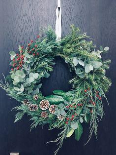 Christmas Kiss, Cottage Christmas, Merry Christmas To All, Country Christmas, Beautiful Christmas, Winter Christmas, Christmas Crafts, Pine Cone Decorations, Christmas Decorations
