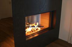 Caminetto eseguito con monoblocco Stuv 21-125 biafacciale, rivestimento in #metallo verniciato e #vetro #specchio, #design attorno al #fuoco. by Linea Fuoco #venezia #Italy