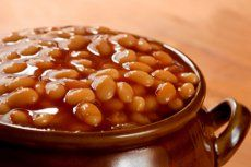 Most recipes for baked beans use pork for flavor and long slow cooking to thicken the sauce. After talking about the physics of baking with my Taster, who Crock Pot Recipes, Baked Bean Recipes, Slow Cooker Recipes, Beans Recipes, Canned Baked Beans, Slow Cooker Baked Beans, Homemade Baked Beans, Boston Baked Beans, Caldo
