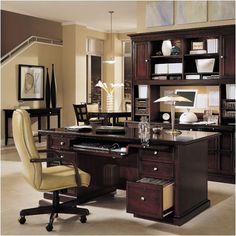una oficina hermosa con un escritorio para el trabajo y la escuela