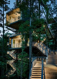 This 38-metre-high treehouse is the venue for the Jamboree of the Boy Scouts of America, but also functions as a treetop exhibition centre for visitors to the surrounding West Virginia park