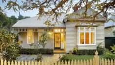 Love Home Swap helps you find the ideal home exchange in australia. Join the world's favourite home swapping club. Bay Window Exterior, Cottage Exterior, House Color Schemes, House Colors, Weatherboard House, Queenslander, Home Exchange, Edwardian House, Character Home