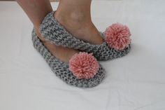 Fantastic Photo Crochet slippers with pom poms Thoughts Gray Women Slippers Pom Pom Slippers Crochet Slippers Knit Crochet Flower Scarf, Crochet Boots, Pom Pom Slippers, Knitted Slippers, Crochet Baby Cocoon Pattern, Crochet Patterns, Crochet Converse, Womens Slippers, Baby Knitting
