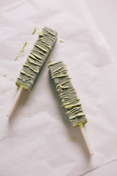 matcha and avacado popsicles dipped in white chocolate http://thedesignfiles.net/2013/02/tasty-tuesday-matcha-and-avocado-popsicles-dipped-in-white-chocolate/