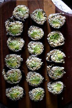 Avocado Zucchini Sushi with Brown Rice brown rice, avocado, spiralized zucchini, seaweed sheets Delicious Vegan Recipes, Raw Food Recipes, Veggie Recipes, Healthy Recipes, Veggie Meals, Healthy Foods, Vegan Life, Raw Vegan, Vegan Vegetarian