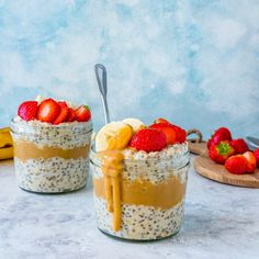 THE BEST Overnight Oats EVER! These will be a permanent part of your food prep routine bc they are CRAZY delicious! Strawberry Overnight Oats, Peanut Butter Overnight Oats, Peanut Butter Roll, Clean Eating Kids, Clean Eating For Beginners, Clean Eating Dinner, Healthy Breakfast Options, Breakfast Recipes, Snack Recipes