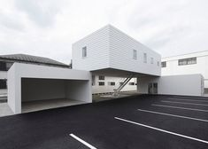 Tokyo house bridges the rooftops of a dental surgery and garage