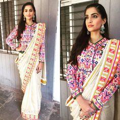 Sonam kapoor in saree. Sonam kapoor saree styles to learn Sonam Kapoor Saree, Bollywood Saree, Bollywood Fashion, Blouse Back Neck Designs, Silk Saree Blouse Designs, Blouse Patterns, Outfit Essentials, Lehenga Choli, Anarkali