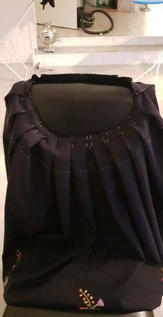 Mange knappenåler må til for å få dette til pent. Ballet Skirt, Skirts, Fashion, Moda, Tutu, Fashion Styles, Skirt, Fashion Illustrations