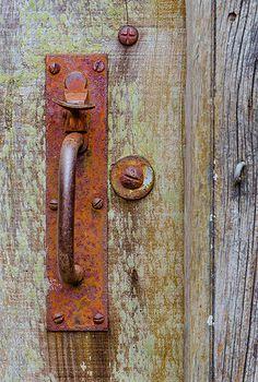 The old latch. Door Knobs And Knockers, Door Hinges, Old Doors, Windows And Doors, Antique Door Knobs, Rusted Metal, Rustic Doors, Unique Doors, Door Furniture