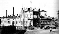 Vielä 1930-luvun alussa Hämeenkadun ja Rautatienkadun kulma näytti tältä. Raittiushotelli Hospiz Emmaus oli avattu syyskuussa 1907 ja pian siitä tulikin Tampereen suosituin majoitusliike. Hotellia laajennettiin 1923 rakennetulla piharakennuksella. Hospiz Emmaus kuvattuna vanhalta rautatien ylikulkusillalta. Kuva: Tampereen museoiden kuva-arkisto. KOSKESTA VOIMAA - KAUPUNKI - AIKAKAUSI 1918-1940 - VANHA EMMAUS Cathedral, Building, Travel, Viajes, Buildings, Trips, Traveling, Tourism, Architectural Engineering