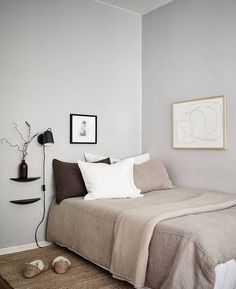 The styling of this Swedish apartment is simple yet so striking. The minimal beige Ikea sofa customised with a Bemz cover is paired up wit a beige carpet a beautiful art piece on the wall and a statement black armchair Continue reading Minimal Bedroom, Minimal Home, Modern Bedroom, Bedroom Rustic, Contemporary Bedroom, Bedroom Design Minimalist, Minimal Decor, Home Bedroom, Bedroom Decor